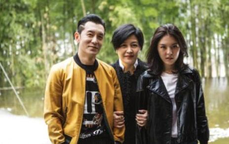 李咏妻子哈文晒照庆生 16岁女儿长发飘逸楚楚动人