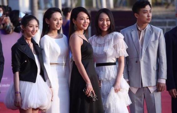 闫妮母女惊艳北影节 47岁闫妮和20岁女儿好似姐妹