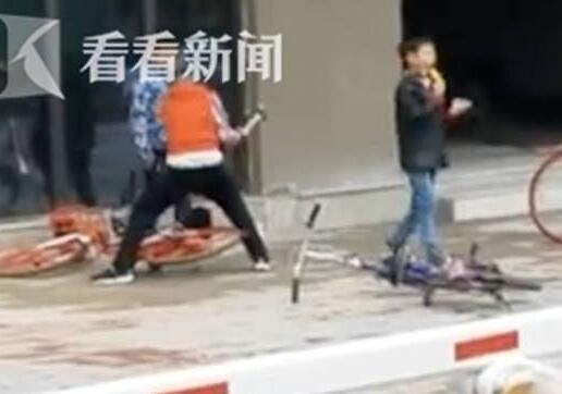 没治了!熊孩子抡铁锤砸车锁 把自己骑的锁被砸开的车丢在一旁