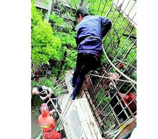 吓人!七旬老人悬挂阳台 从5楼失足跌落过程中被数根钢筋刺穿衣裤