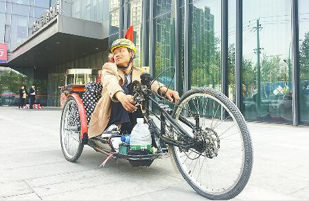 """男子自幼患小儿麻痹症 为了诗和远方造手摇单车梦想""""自驾""""游全国"""