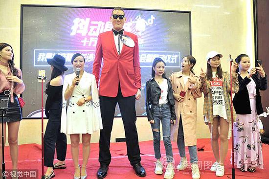 """亚洲第一巨人现身长沙 2.38米""""海拔""""引人围观"""