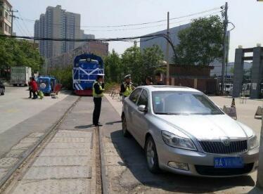 逼停火车!老司机将轿车停铁道旁 直至拖走交警仍未联系上该车主
