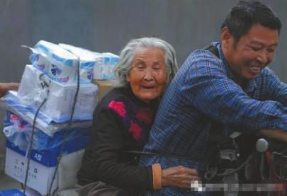 52岁大叔骑车带92岁老母亲送货谋生 谋生尽孝两不误