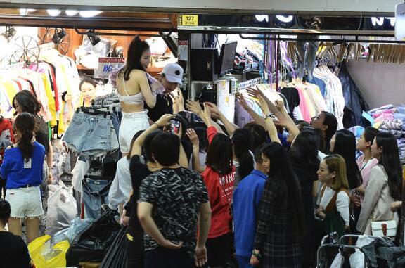 疯抢!穿版模特月入过万 美女站人群中当众脱衣换衣展示效果