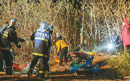 老汉坠入36米机井 20余人连夜救援7小时遗憾未能救回