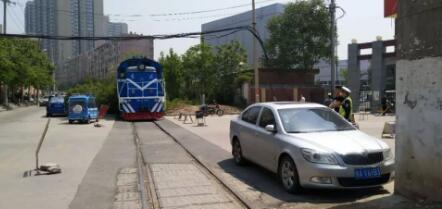 """【最""""牛""""违停】轿车停铁道旁逼停火车 列车司机打122搬救兵"""