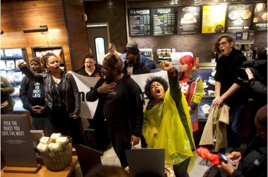 星巴克关闭店面 示威者聚集抗议店员涉嫌种族歧视