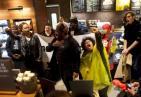 星巴克出事了!美国星巴克关闭店面 示威者聚集在店内高喊口号