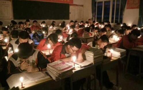 贵阳:高三学生秉烛夜学 停电也...