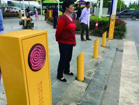 行人闯红灯遭水喷超新奇!北京、上海防路人闯红灯