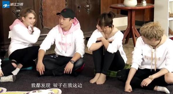 """昆凌自曝睡觉和周杰伦抢被子 粉丝称""""无形撒狗粮"""""""