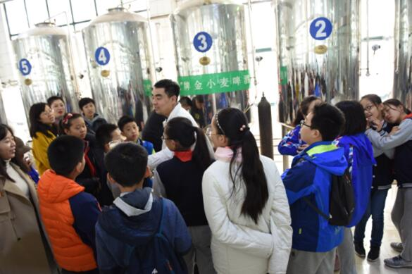 品味酒文化 感受新科技----山师附小学生走进齐鲁工业大学酿酒中心