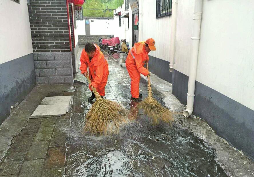 历下急雨落泉城 城管忙清淤