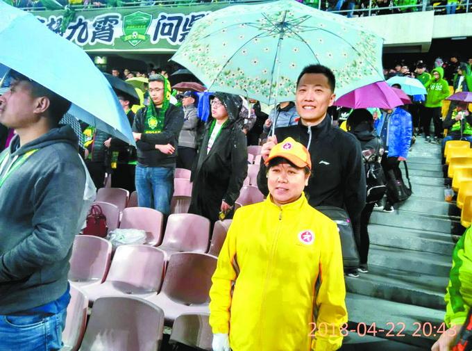"""球迷为武警撑雨伞 这组""""工体撑伞照""""在网络上走红"""