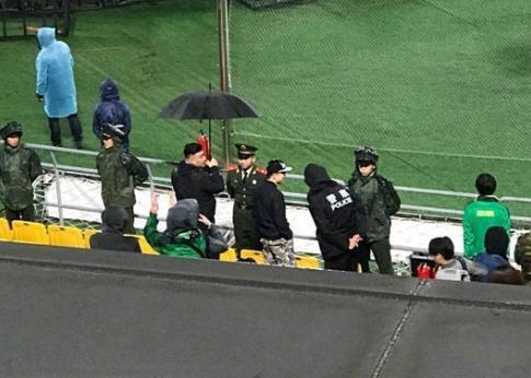暖哭了!国安球迷为武警撑伞 一直等到所有观众都离场了才最后离开