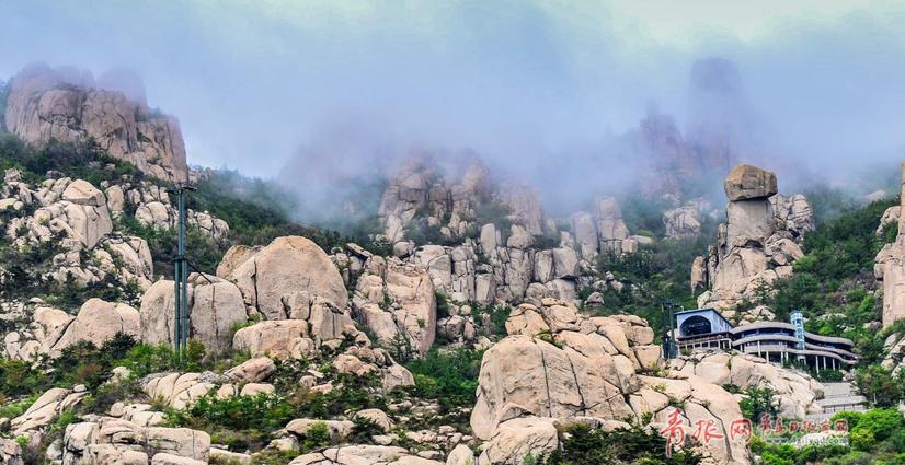4月23日,崂山峰顶惊现云海奇观。雾气缭绕,笼罩着山峰,与远处的大海交相呼应,宛若童话世界。