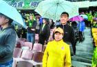 """暖心!国安球迷为武警撑伞 """"工体撑伞照""""在微博走红网络疯传"""