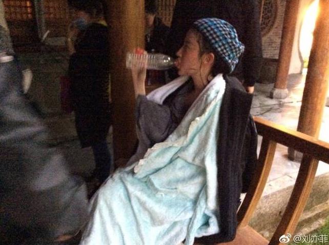 刘亦菲晒拍水戏情况 样子搞笑 让人想起当年小龙女