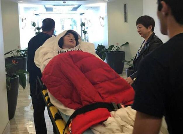 陈红患病紧急入院儿子一直陪在身边 陈红爱子陈飞宇英俊帅气