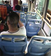 没素质!公交车上抽烟