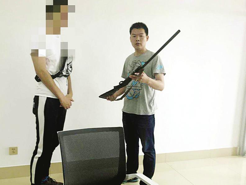 4岁男孩竟拿单管猎枪拍视频 枪支还不在济南