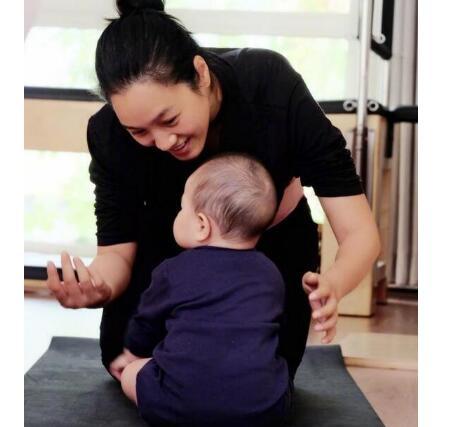 辣妈萌娃!朱丹带女儿健身画面暖化了 肉嘟嘟宝宝抬头望向妈妈