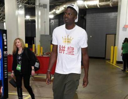 自黑?卡佩拉穿饼皇T恤 呆头呆脑模样让中国球迷忍俊不禁