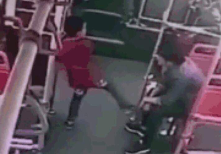 男童公交上遭过肩摔 暴力男狂摔小孩用脚踹踩男孩头部
