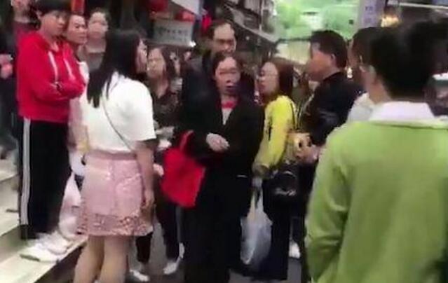 怎么忍心?女子当街扇母耳光遭暴揍 大耳刮子打在生你养你的人脸上?