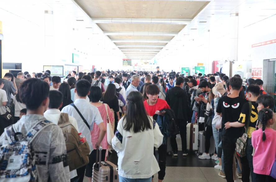 济南长途汽车总站迎客流高峰