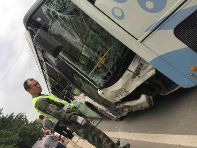 西安18车连撞 目击者称事发时一辆公交车与一辆大巴车先相撞