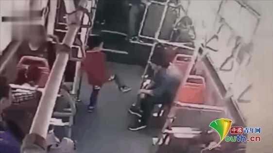 男童公交上遭过肩:21岁男子被拘留 警方称符合从重处罚规定