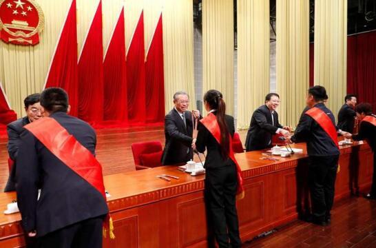 山东庆祝劳动节暨省劳动模范和先进工作者表彰大会举行