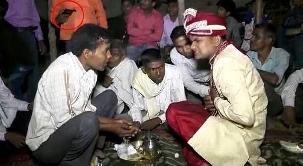 印度新郎中枪身亡 被击中前正和宾客围坐在一起庆祝自己新婚