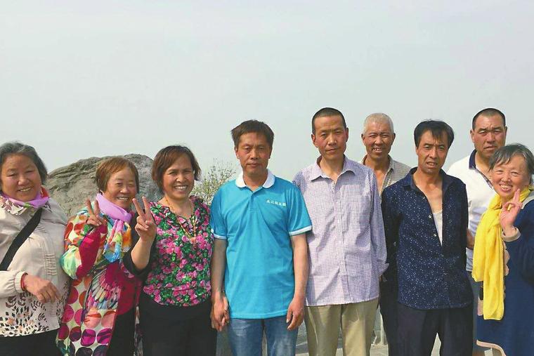 有惊无险:7女子被困华山 5男子连拉带托施救