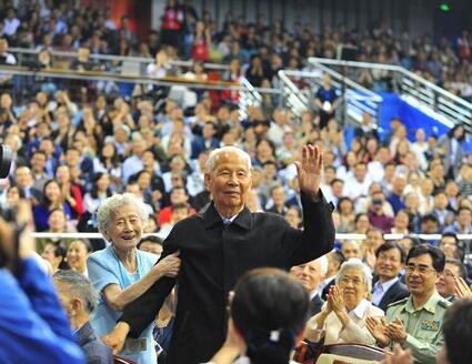 永远的先锋者!北大建校120周年 千名师生聚集邱德拔体育馆为母校庆生