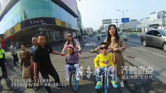 单手抱娃开三轮、车筐坐孩子…济南的家长可长点心吧