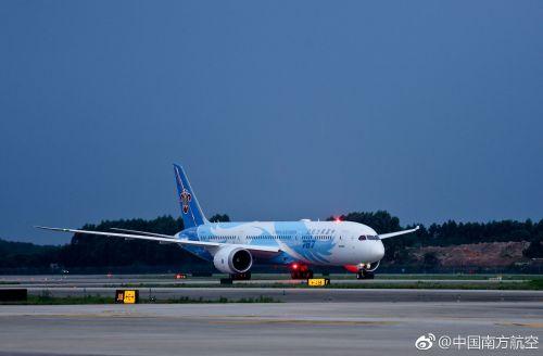 """南航波音787-9交付 身披""""梦想之翼""""彩绘的""""大灰机""""平稳降落"""