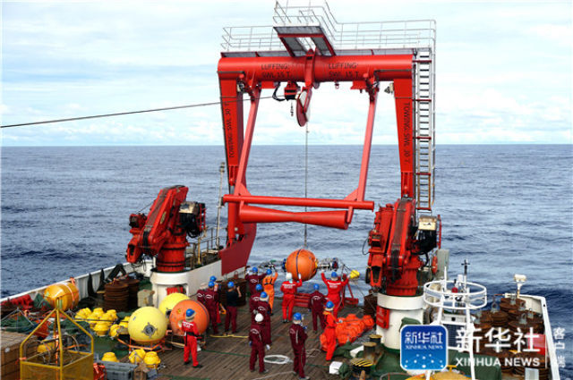 """↑在我国新一代海洋综合科考船""""科学""""号上,科考队员正在布放潜标(2019-07-18摄)。新华社记者 张旭东 摄"""