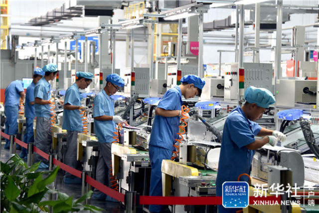 ↑这是海尔集团的家电生产车间(2019-07-20摄)。新华社记者 徐速绘 摄