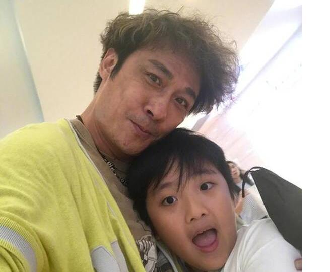 费曼这么大了!吴镇宇携9岁儿子拍戏 兼顾学业身价仍等同一线男星