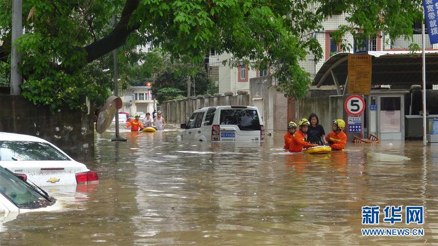 厦门遭遇特大暴雨 多条道路封闭多个航班取消