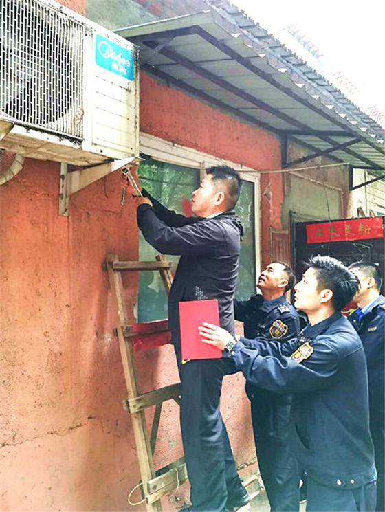 甸柳新村街道对闵子骞路100号违章建筑进行集中拆除