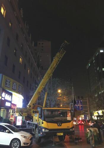 """广告牌""""下架""""泉城路""""净颜"""" 历下3个月拆除泉城路楼宇标识42处"""
