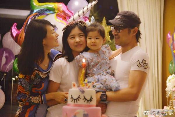 非常浪漫!章子怡结婚三周年 晒出和汪峰坐在风车地中的照片
