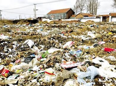 """内蒙古一县城惨遭遭垃圾围村 到处是垃圾山""""污颜秽色""""毫无美丽可言"""