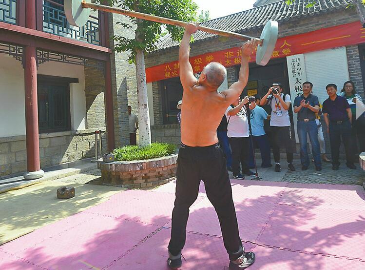 """中国作家济南行正式启动 一日""""穿越""""古今,不在书中在此城"""