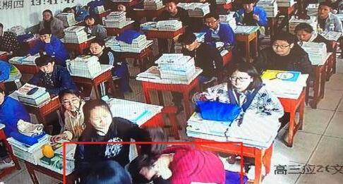 痛心一幕!餐馆老板打伤女生 教室内监控视频戳痛家长学校担责?