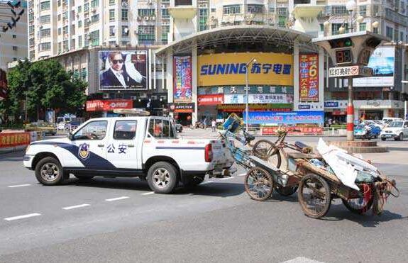 河南安阳:警车出警撞翻三轮致6伤 将全力救治伤员好事故处理